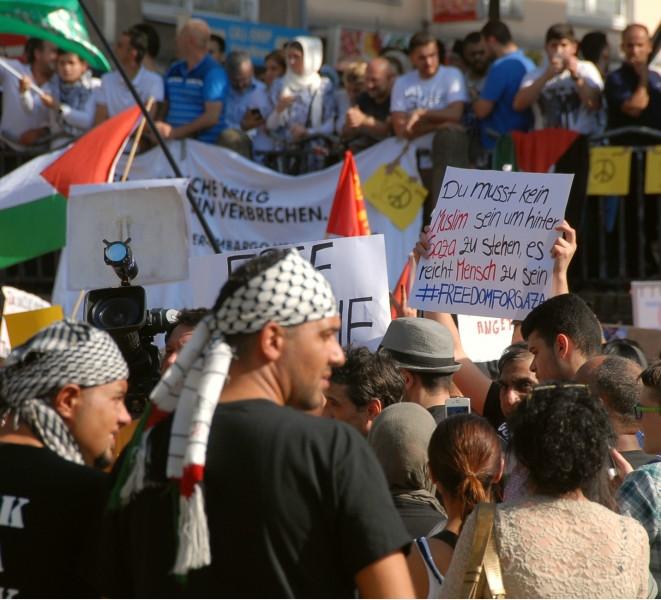 """Demonstranten bei dem Protest """"Stoppt die Bombardierung Gazas"""" in Essen, Foto von Anne Hemeda am 18. Juli 2014."""