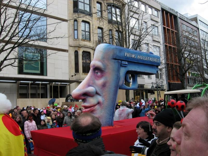 Putins Pressefreiheit. Wagen des Düsseldorfer Rosenmontagszuges 2009. Bild von Twitter Nutzer Paola Farrera. CC BY-NC-ND 2.0