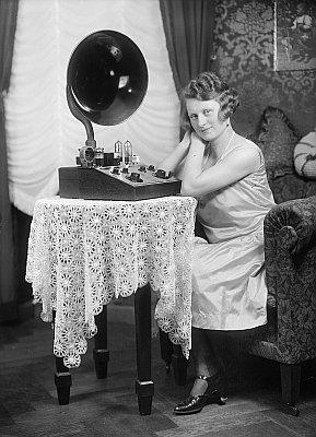Hulda Hanisch ve svém obývacím pokoji.