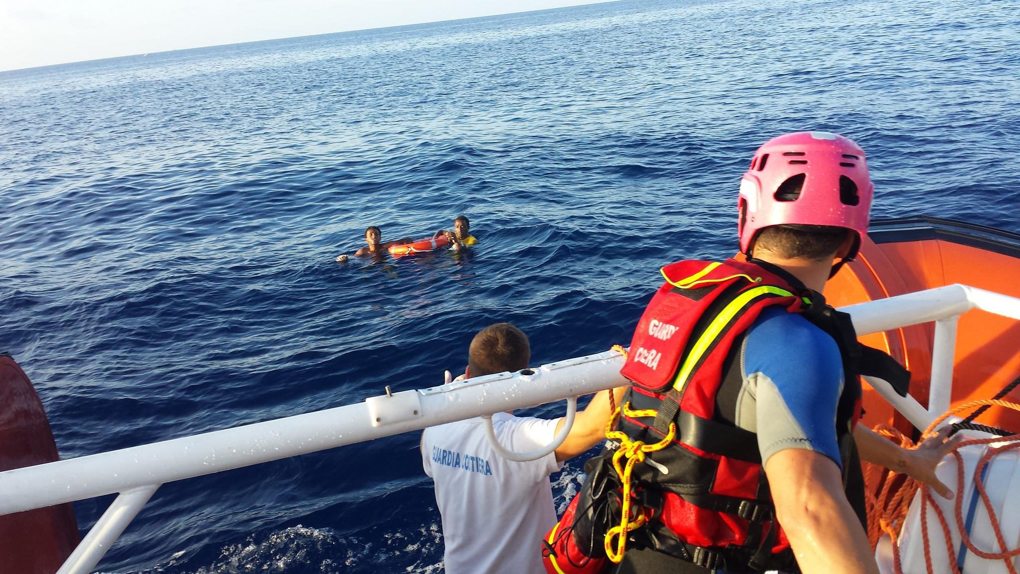 Die italienische Küstenwache rettet zwei der 156 Überlebenden der Tragödie vom 3.Oktober vor der Insel Lampedusa.