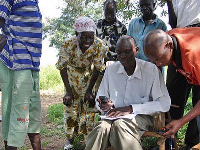 Flüchtlinge in Uganda nutzen Handys mitsamt ihrer SMS-Funktion, um mit Familienangehörigen und Freunden zu kommunizieren. Foto von MobileActive.
